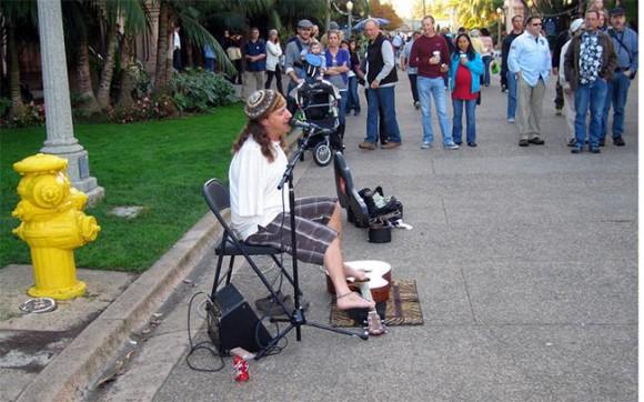 Mark Goffeney suona la chitarra con i piedi