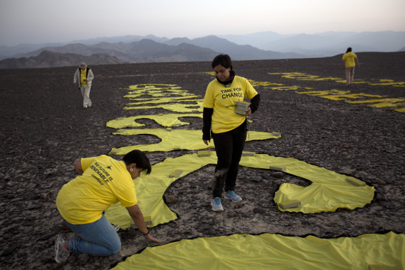 Volontari di Greenpeace all'opera presso il deserto di Nazca - http://www.gizmodo.com.au/2014/12/how-greenpeace-wrecked-one-of-the-most-sacred-places-in-the-americas/
