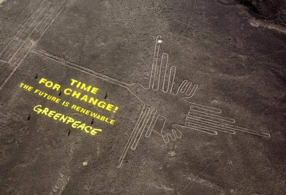 Il messaggio di Greenpeace - http://media2.s-nbcnews.com/i/newscms/2014_50/804461/141211-nazca-greenpeace-kns-1600_3d34af2886486bfc0c8a4941597ccfc9.jpg