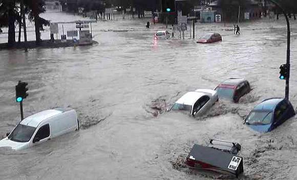 Immagine da http://www.lavocedivenezia.it/wp-content/uploads/alluvione-a-genova.jpg