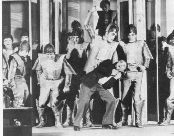 La scena della rivolta dei robot, dal dramma di Čapek. Da Wikipedia.