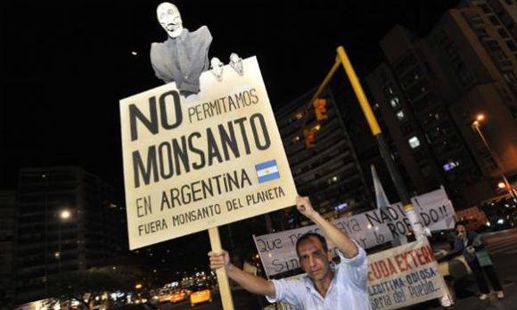 Manifestazione di protesta contro la Monsanto in Argentina