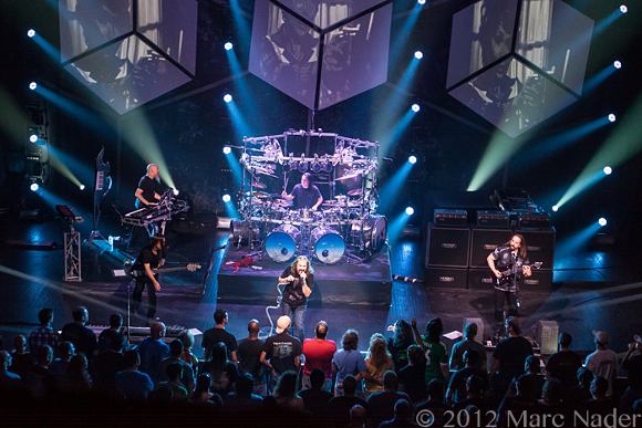 Dream Theater durante un loro concerto - Immagine da http://www.seethemuzic.com/wp-content/uploads/2012/06/Dream-Theater-at-The-Fillmore-Photo-By-Marc-Nader-1113.jpg