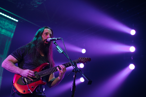 John Petrucci - Foto da http://upload.wikimedia.org/wikipedia/commons/3/3c/John_Petrucci_of_Dream_Theater_2014_at_Mitsubishi_Electric_Hall_D%C3%BCsseldorf.jpg
