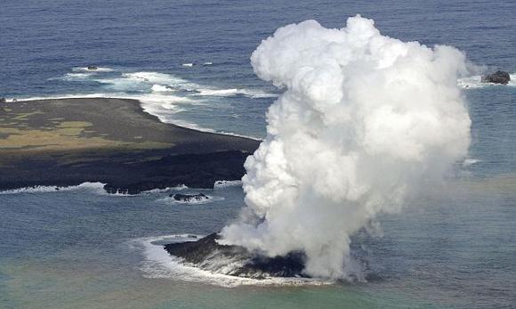 Nascita di un vulcano in Giappione - Immagine da http://www.diregiovani.it/codimmagine/32829/nascita%20nuova%20isola%20giappone.jpg