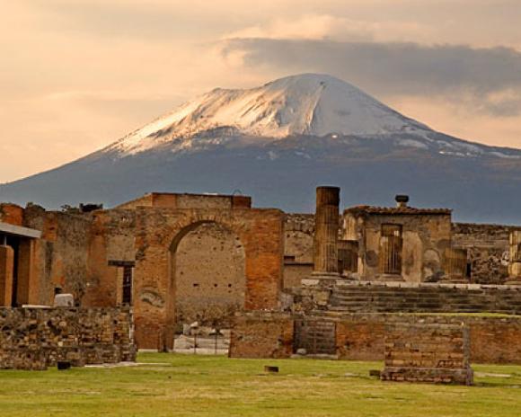 Il Vesuvio visto da Pompei - immagine da http://oubliettemagazine.com/wp-content/uploads/vesuvio-ville-vesuviane.jpg