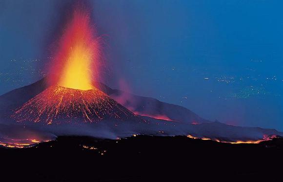 Etna in eruzione - Immagine da http://www.inmeteo.net/blog/wp-content/uploads/2015/01/etna-monitoraggio.jpg
