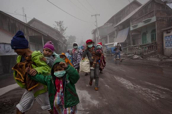 Evacuazione durante l'eruzione di un vulcano - Immagine da http://www.link2universe.net/wp-content/uploads/2014/01/Sinabung-25.jpg