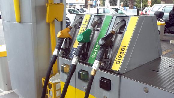 immagine da http://www.omniauto.it/awpImages/articoli/evidenza/petrolio_prezzi_benzina_mai_cosi_bassi_da_5_anni_27831.jpg
