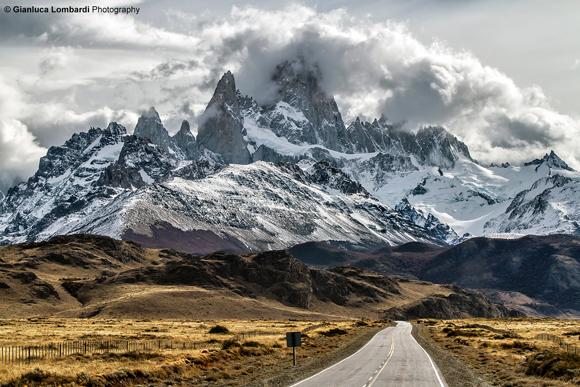 Ruta Provincial 23 in direzione El Chaltén (Santa Cruz, Patagonia Argentina). Cerro El Chaltén (o Fitz Roy, 3358 m.s.l.m.) e Aguja Poincenot (3002 m.s.l.m.) nel Circulo de Los Altares sullo sfondo.