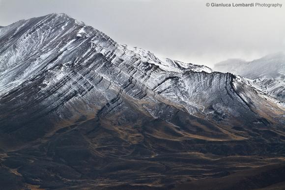 All'ingresso del settore Nord del Parque Nacional Los Glaciares (Patagonia Argentina), nei pressi di El Chaltén nella Provincia di Santa Cruz, la precordigliera andina mostra la sua storia geologica sulle pareti montagnose scolpite dall'avanzamento e dal ritiro dei ghiacciai del pleistocene.