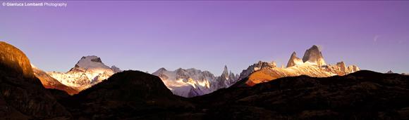 L'alba sublime sui massicci del Cerro Torre e del Fitz Roy (o El Chaltén), nella Provincia di Santa Cruz, Patagonia Argentina. Il Cerro El Chaltén (3358 m.s.l.m.) è il più alto a destra, subito alla sua sinistra lo accompagna la Aguja (guglia) Poincenot (3002 m.s.l.m.). Il Cerro Torre (3128 m.s.l.m.) è al centro, mentre il Cerro Solo (2221 m.s.l.m.) svetta a destra col suo ghiacciaio.