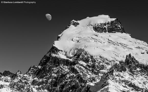 La cima del Cerro Solo (2121 m.s.l.m.) e la Luna lungo il sentiero per Laguna Torre da El Chaltén (Santa Cruz, Patagonia Argentina). Questa fotografia non è una composizione, ma un singolo scatto in una giornata limpidissima.
