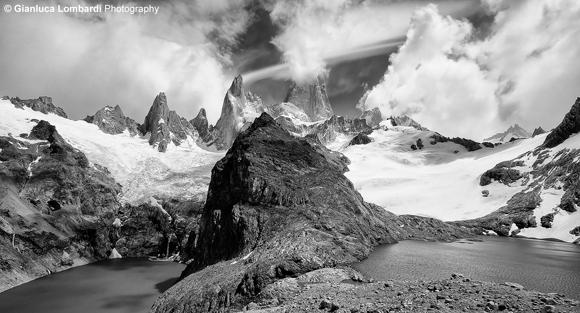 Il Cerro El Chaltén (o Fitz Roy, 3358 m.s.l.m.) domina il Circolo degli Altari, nella Provincia di Santa Cruz, Patagonia Argentina. A destra si nota la Laguna de Los Tres, intitolata in memoria dei tre andinisti della prima ascensione al Cerro El Chaltén del 1952. A sinistra, 400 metri più in basso, si trova la Laguna Sucia (Sporca), dentro la quale si scarica il residuo dello scioglimento del ghiacciaio Chaltén.