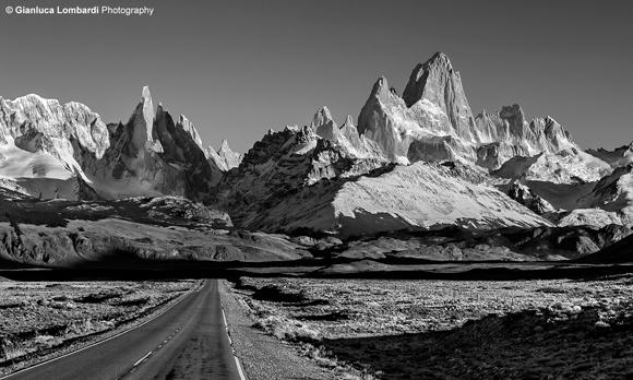 Ruta Provincial 23 in direzione El Chaltén (Santa Cruz, Patagonia Argentina). Cerro El Chaltén (o Fitz Roy, 3358 m.s.l.m.) e Aguja Poincenot (3002 m.s.l.m.) sulla destra, Cerro Torre (3128 m.s.l.m.) sulla sinistra.