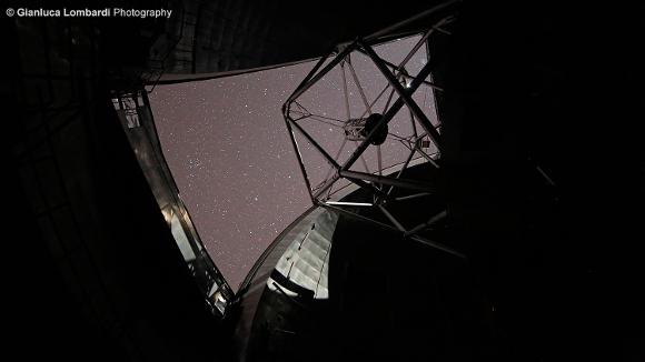 Il GranTeCan in osservazione. Durante la notte la cupola si apre lasciando una finestra sul cielo - Foto di Gianluca Lombardi