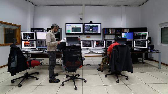la Sala di Controllo del GranTeCan, l'Astronomo (Gianluca, a  sinistra) controlla lo stato di avanzamento delle osservazioni, mentre  l'Ingegnere Operatore del telescopio (Miguel, a destra) controlla lo  stato della meccanica.