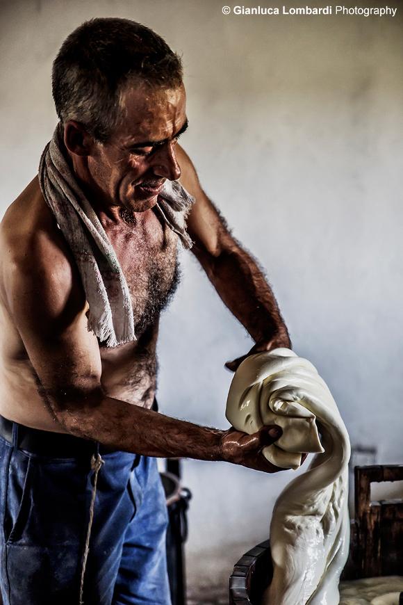 Pastore Abruzzese a Campo Imperatore, nella creazione di formaggi tipici locali - Foto di Gianluca Lombardi