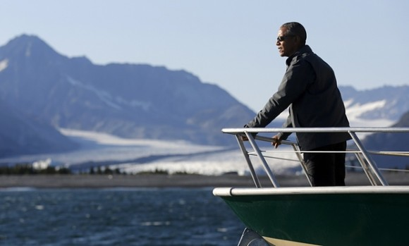 Il Presidente USA Obama in Alaska - Foto da The Guardian (https://i.guim.co.uk/img/media/458a5b504414296b3f57eff149703a36e1cc5ea2/0_230_3499_2103/master/3499.jpg?w=620&q=85&auto=format&sharp=10&s=57b745bc9b934882b0455f119519b762)