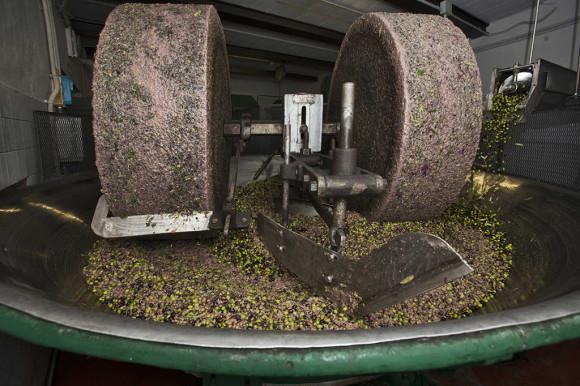 Macinatura, una delle fasi più note - Immagine da http://www.vallefiorita.org/deposito/Tradizioni/Olio/macine.jpg