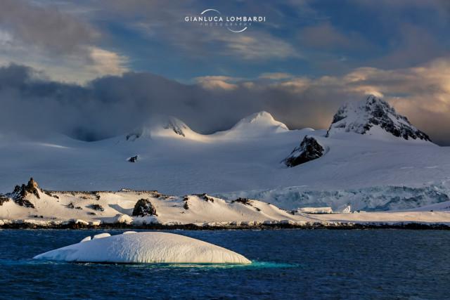 [21 Novembre 2015] Luci del tramonto sulle insenature ancora ricoperte di neve di Half Moon Island e i ghiacciai di Livingston Island subito dietro.