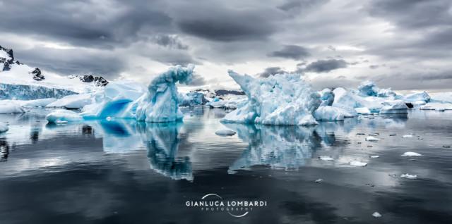 [22 Novembre 2015] Iceberg nello specchio di mare di fronte Cuverville Island (Stretto di Gerlache, Penisola Antartica).