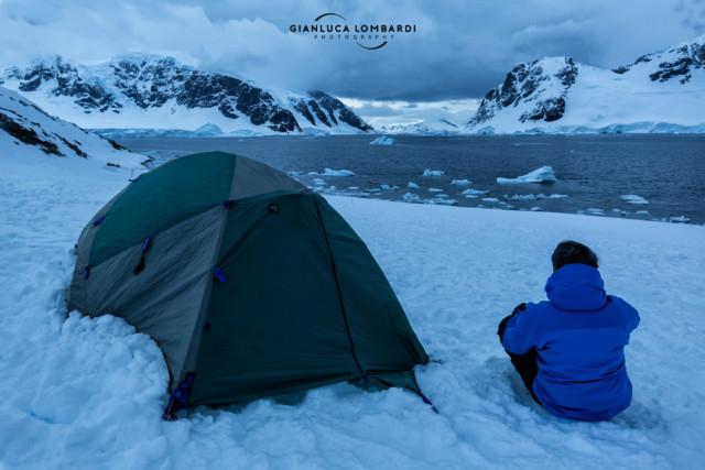 [22 Novembre 2015] Crepuscolo senza fine. Autoscatto con la mia tenda su Danco Island (Stretto di Gerlache, Penisola Antartica). Questa foto è stata scattata intorno alla mezzanotte tra il 22 e il 23 Novembre 2015.