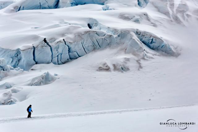 [23 Novembre 2015] La mia amica Donna cammina verso il promontorio sulla Stazione Scientifica Argentina Almirante Brown a Paradise Harbor (Penisola Antartica).