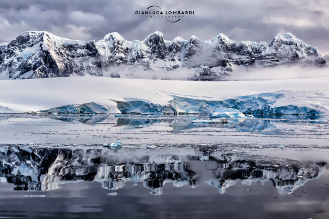 [24 Novembre 2015] Il Fief Range di Wiencke Island si specchia nel mare piatto (Arcipelago di Palmer, Penisola Antartica).