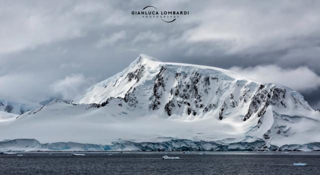 [25 Novembre 2015] La luce filtra tra le nuvole su Anverse Island (Arcipelago di Palmer, Penisola Antartica).