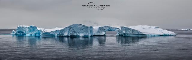 [25 Novembre 2015] Un enorme iceberg appena al largo di Useful Island (Stretto di Gerlache, Penisola Antartica). Composizione di 6 fotografie.