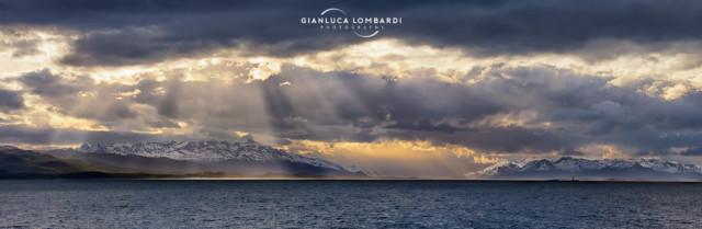 [28 Novembre 2015] Composizione di 6 fotografie. Tramonto drammatico sul Canale di Beagle. Le montagne a sinistra sono su Isla Navarino (Cile), mentre a destra sono su Isla Grande Tierra del Fuego (Argentina).