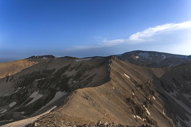 Dal Monte Focalone vista sulla Cima Pomilio e, sullo sfondo, il Monte Amaro - Foto di Vito Grittani