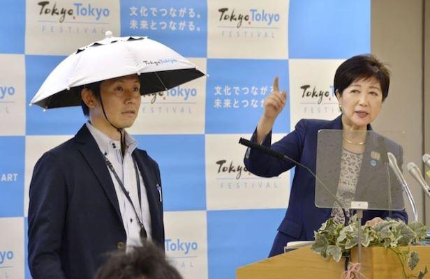 La governatrice di Tokio presenta il cappello in stile samurai per combattere il caldo