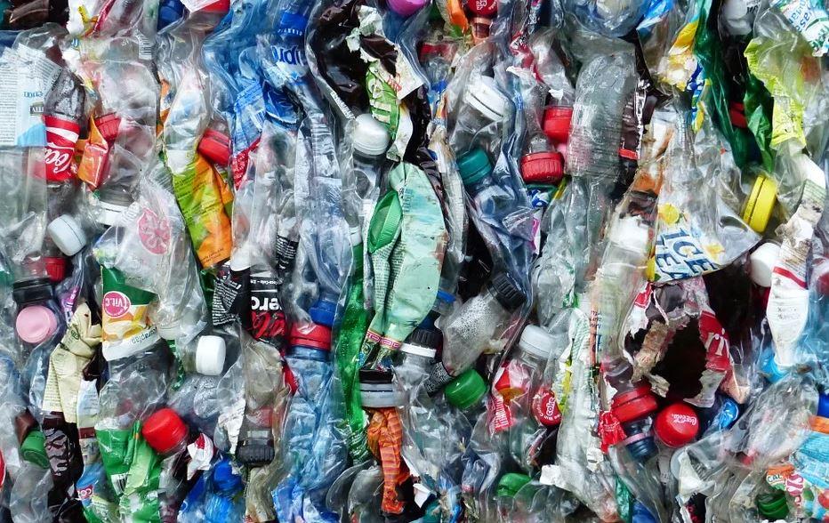 cina bottiglie di plastica
