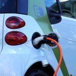 Stop alla vendita di auto non elettriche anche in UK dal 2035